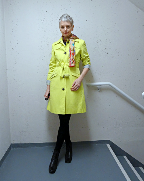 melanie bag and a beret yellow trench coat