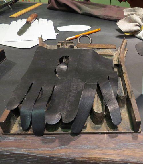 Glove cutter hermes