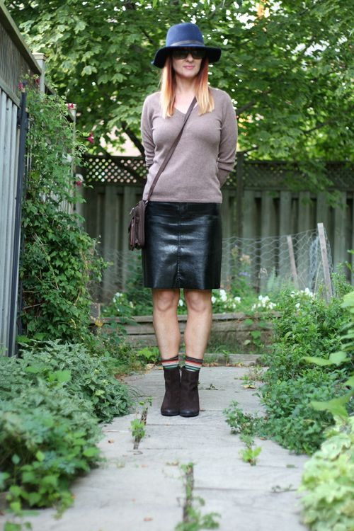 Black guess leather skirt